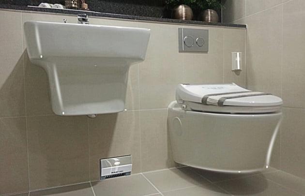 층상 벽면배관공법이 적용된 아파트 화장실 모습으로 배관이 보이지 않는 게 눈길을 끈다.