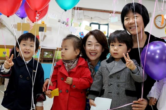 이어룡 회장이 영유아 보육시설인 이화영아원을 방문해 아이들과 시간을 보내고 있다.