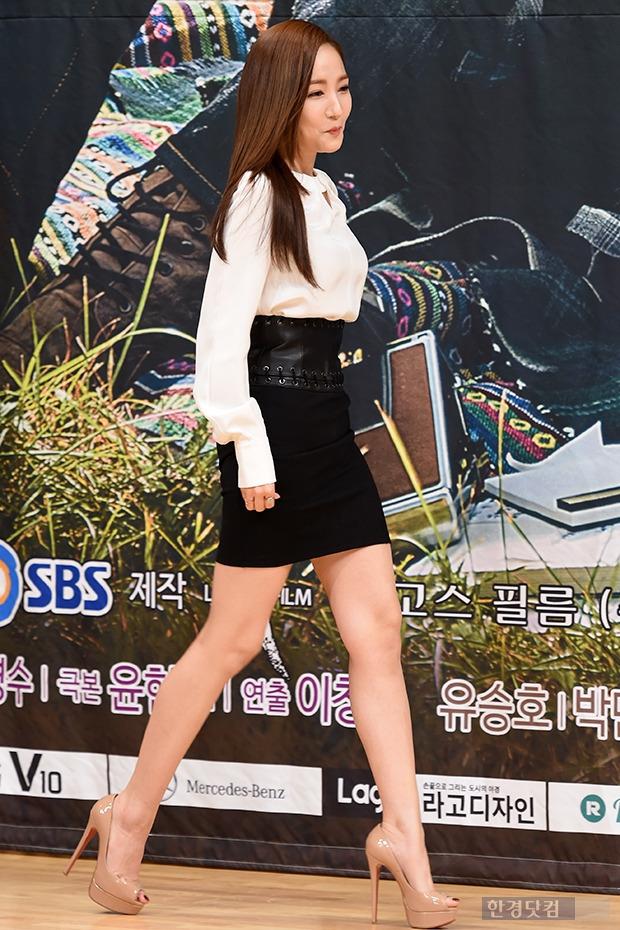 ▶ 박민영, '군살 없는 늘씬한 각선미 뽐내며 등장'