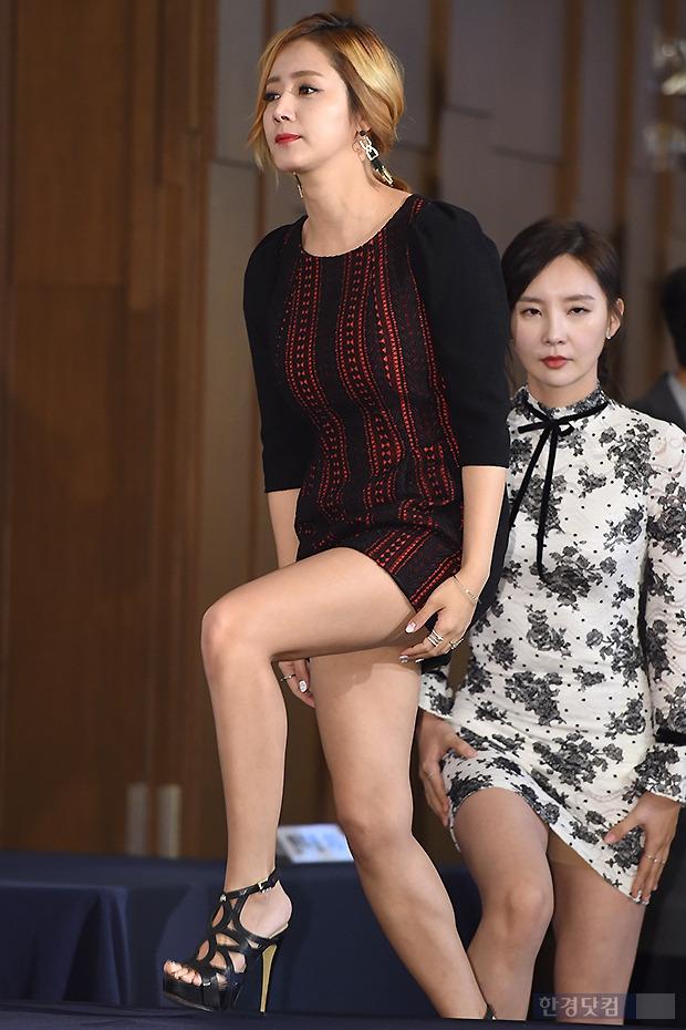 ▶ 최송현, '치마가 짧아 가리기 바쁜 손;
