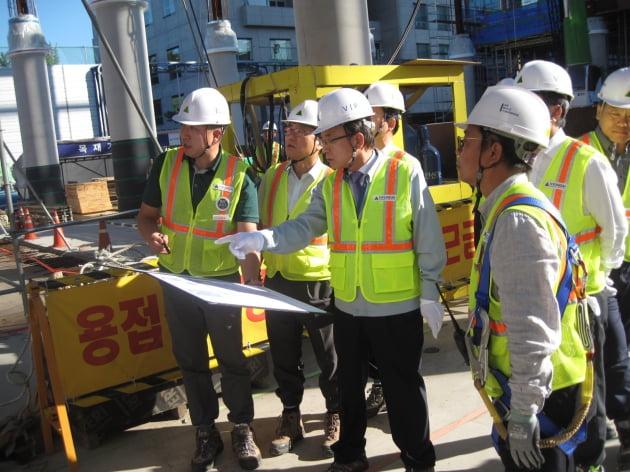 현장 안전점검에 나섰던 정수현 현대건설 사장(사진 가운데).