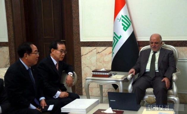 최광호 한화건설 대표가 지난달 27일 이라크 총리실의 초청을 받아 하이데르 알 아바디(Haider Al-Abadi) 이라크 총리를 예방했다. (자료 한화건설)