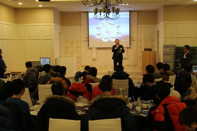 김창호 아진엑스텍 대표이사가 신제품 로드쇼에 참석한 방문객들에게 신제품 '이더캣 마스터'에 대해 설명하고 있다. 사진=아진엑스텍 제공