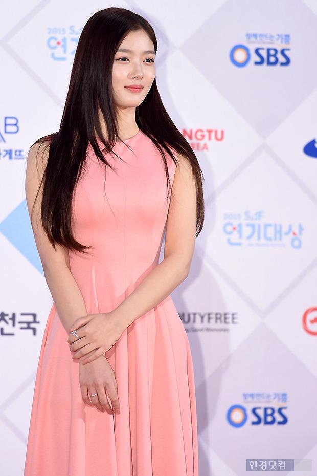 ▶ 김유정, '눈길 사로잡는 우아한 자태~'