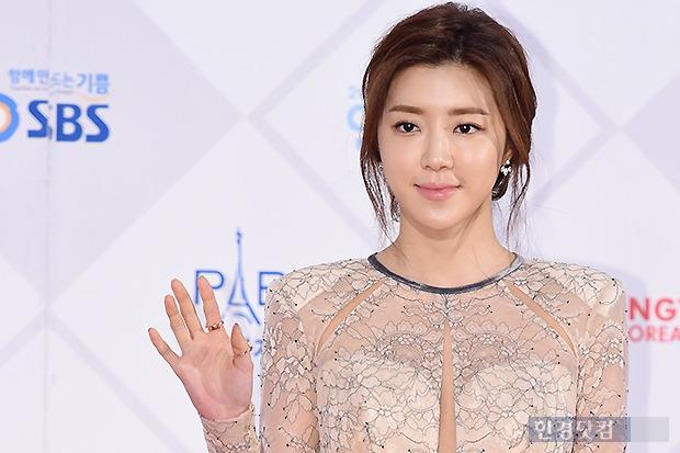 ▶ 박한별, '독특한 절개 드레스 입고~'