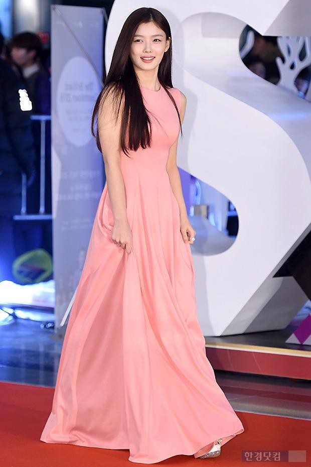 ▶ 김유정, '핑크빛 롱드레스 입고 우아한 발걸음~'