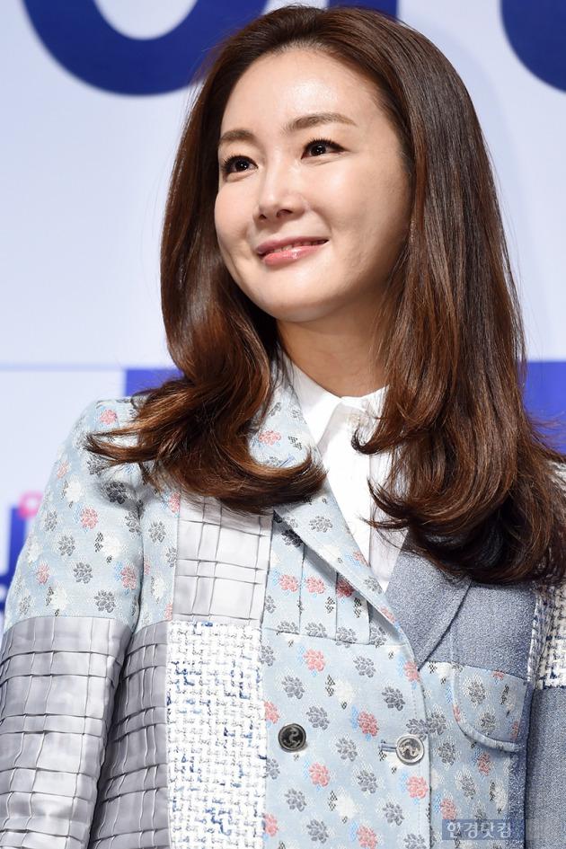 ▶ 최지우, '자체발광 눈부신 여신 미소~'