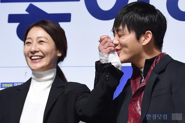 ▶ 유아인, '꽃누나 향한 달콤한 손등 키스'