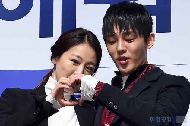 ▶ 이미연-유아인, '알콩달콩 하트 만들기~'