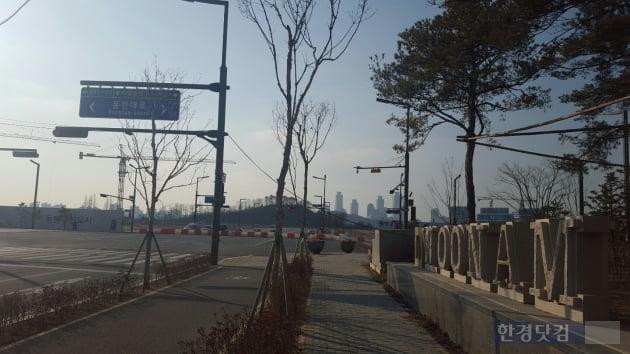 '우남퍼스트빌' 단지 정문에서 바라본 KTX동탄역 부지. 이소은 기자