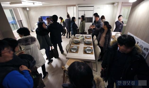 'e편한세상 미사' 모델하우스 방문객들이 전시된 유닛을 둘러보고 있다. 대림산업 제공