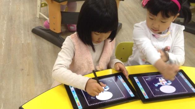 키즈박스 기술로 수업 중인 유치원 아이들
