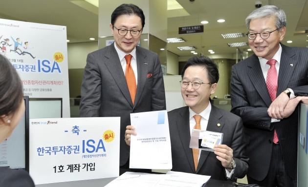 (오른쪽부터)한국금융투자협회 황영기 회장, 강석훈 국회의원, 한국투자증권 유상호 대표이사. 사진=한국금융투자협회 제공
