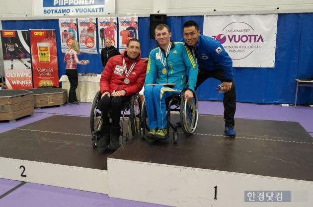창성건설 신의현(사진 오른쪽) 선수가 동메달을 획득하고 기념 촬영을 하고 있다.  (사진=대한장애인노르딕스키연맹)