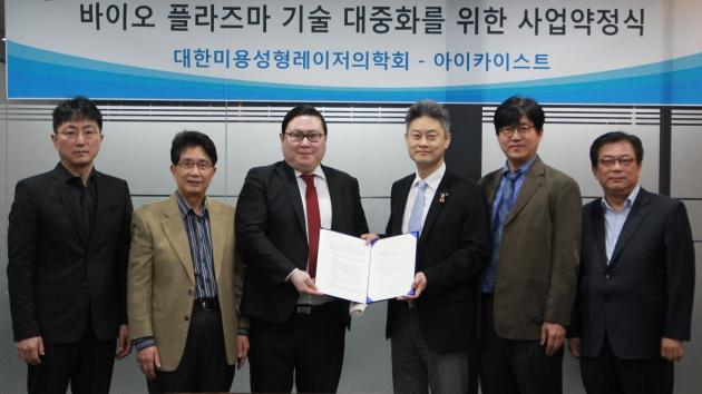 아이카이스트 대표 김성진(가운데 왼쪽)과 장현석 의학회 회장(가운데 오른쪽)의 사업약정 체결