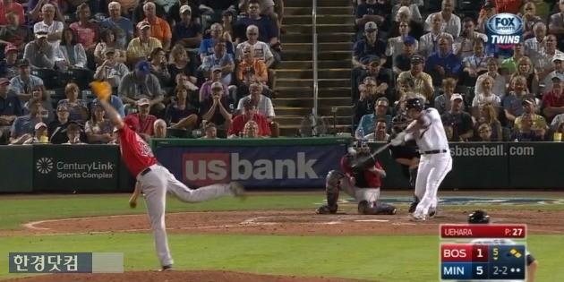 박병호가 지난 17일 보스턴 레드삭스전에서 우에하라 고지를 상대로 2타점 2루타를 기록하는 장면. 사진=현지 중계 캡처