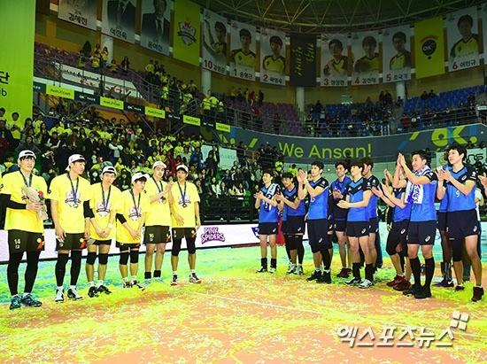 OK저축은행의 우승을 축하하는 현대캐피탈 선수들(오른쪽). 사진=엑스포츠 제공
