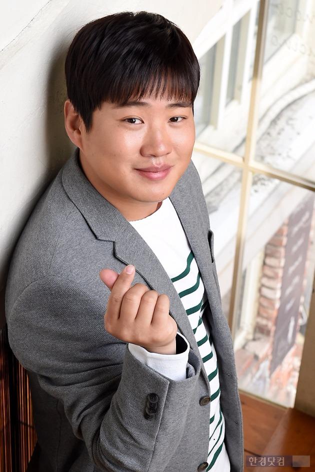 서울 팔판동의 한 카페에서 배우 안재홍이 한경닷컴과의 인터뷰 중 포즈를 취하고 있다. / 사진 = 변성현 기자