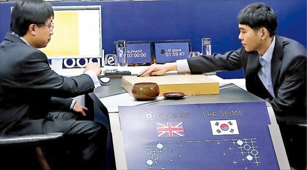 구글 딥마인드의 인공지능(AI) 바둑 프로그램인 알파고와 이세돌 9단 간 첫 대국이 9일 서울 포시즌스호텔에서 열렸다. 흑을 잡은 이 9단(오른쪽)은 중반까지 숨 막히는 접전을 벌였지만 알파고에 무릎을 꿇었다. 아자황 딥마인드 연구원(왼쪽)이 알파고를 대신해 바둑을 뒀다. 구글 제공