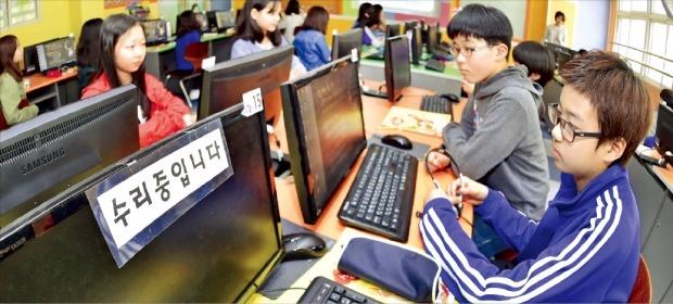 < 컴퓨터는 수리중 > 서울 한 초등학교에서 6학년 학생들이 실과 수업시간에 PC 활용법을 배우고 있다. 한경DB