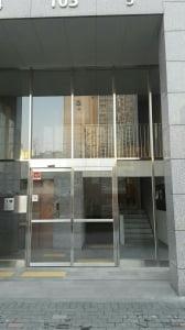 건물 밖에서 들여다 본 오렌지로비. 진입 턱이 없고 전면에 엘리베이터가 배치돼있다.