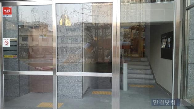로비 왼쪽에 엘리베이터, 오른쪽에 1층으로 향하는 계단이 배치됐다. 계단을 올라가면 1층 가구 전용홀이 나타난다.