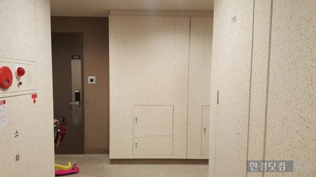 엘리베이터를 타고 1층에 내리면 1층 가구 입주민들이 사용하는 전용 공간이 나타난다.