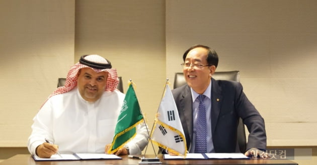 지난 7일(현지시간) 사우디 알코바 인터컨티넨탈 호텔에서 한화건설 최광호 대표이사가 SCPC 알-콰타니 회장과  4억 달러 규모의 화공플랜트 공사계약을 체결하고 있다. (자료 한화건설)