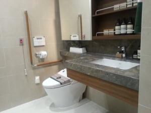 휠체어를 타고 들어갈 수 있게 설계된 욕실.