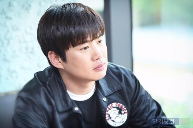 배우 안재홍이 서울 삼청동 한 카페에서 인터뷰에 앞서 포즈를 취하고 있다. / 사진 = 최혁 기자