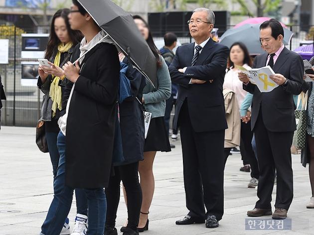 자신의 차례 기다리는 김종인 대표-정세균 의원