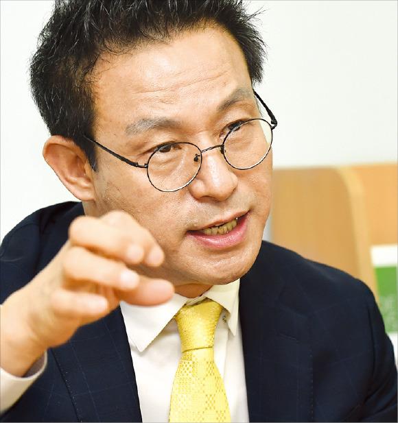 박영순 티씨케이 대표가 시장점유율 세계 1위 반도체 설비 부품인 '실리콘 카바이드 링'의 특징을 설명하고 있다. 한국무역협회 제공