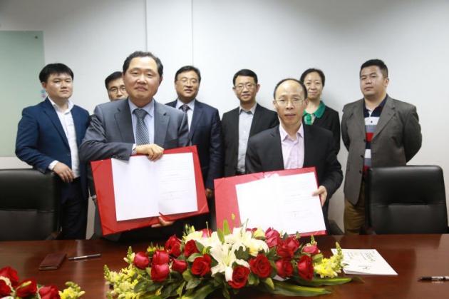 지난달 15일 MOU를 체결한 유지원 유엔젤 부사장(가운데 왼쪽)과 방강녕 중유국제교육 회장.