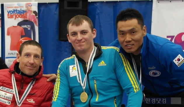 노르딕스키 월드컵 대회인 부가오티 국제패럴림픽(IPC) 노르딕에서 동메달을 획득한 창성건설의 신의현 선수(오른쪽)가 메달을 받은 선수들과 기념촬영을 하고 있다. (자료 창성건설)