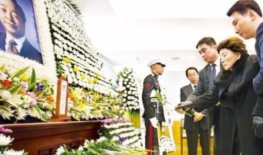 고 김영삼 전 대통령 묘비 제막식이 26일 열렸다. /사진=한경DB