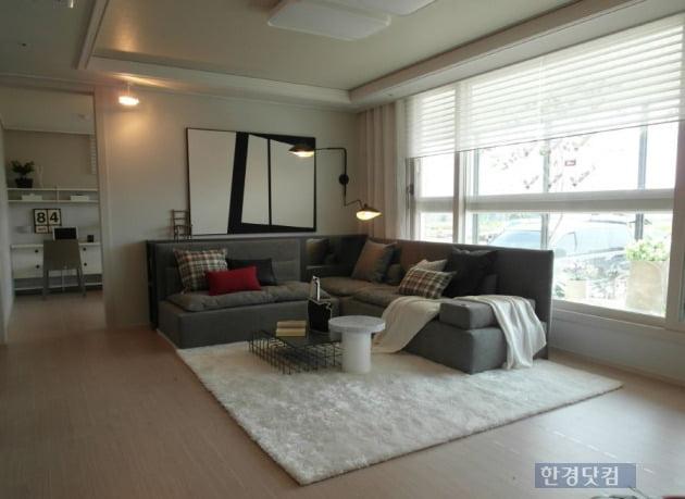 진주 초장지구 EG the1의 전용 73㎡ 거실과 작은 방(사진 김하나 기자)