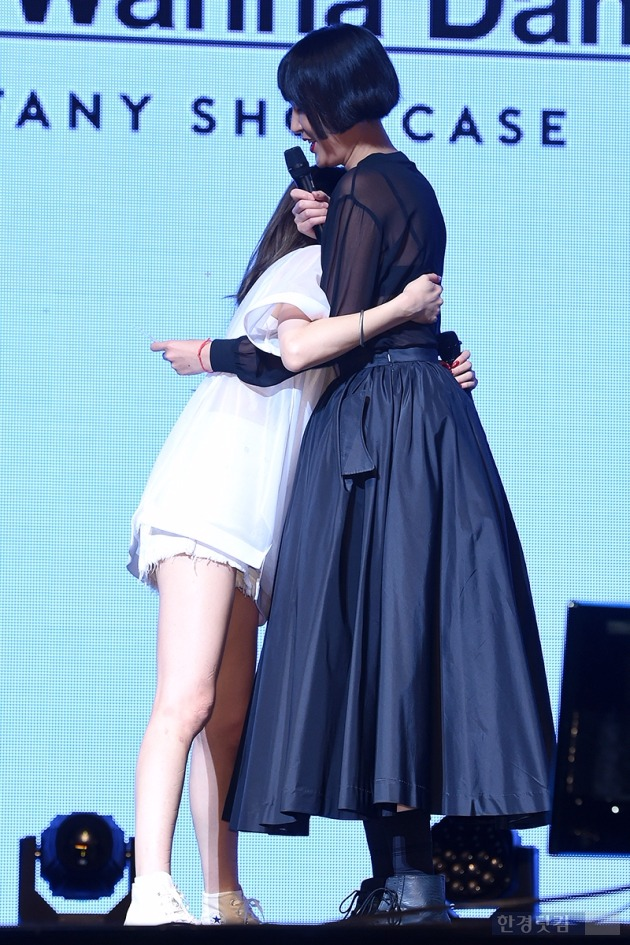 티파니와 홍진경이 '우정'의 포옹을 하고 있다.  /사진=최혁 기자