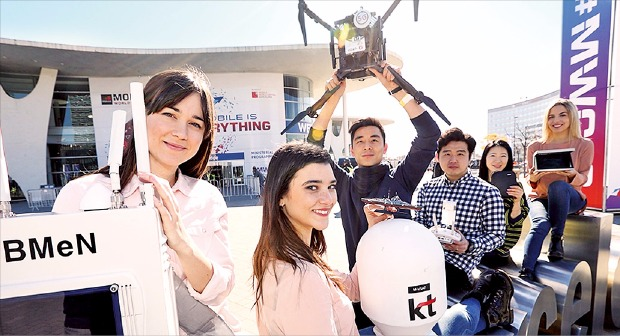 KT가 지난 2월 스페인 모바일월드콩그레스(MWC)에서 선보인 드론 기반의 이동 기지국 솔루션 '드론LTE'. KT 제공