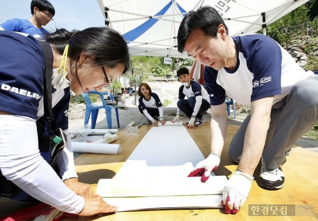 김한기 대림산업 사장(우측)이 서울시 성북구 성북동에 방문해 희망의 집 고치기 활동을 진행하고 있다. 대림산업 제공