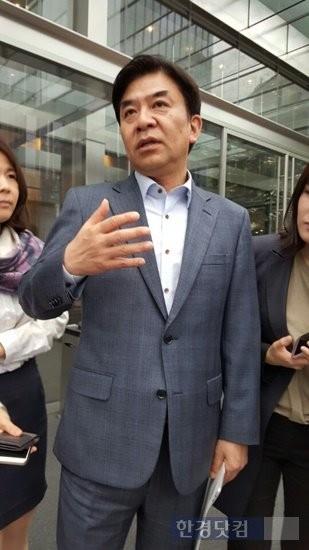 김현석 삼성전자 사장이 15일 오전 삼성 서초사옥에서 열린 사장단회의를 마친 뒤 기자들의 질문에 답변하고 있다.