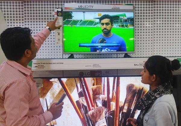 LG전자 직원이 인도 델리 시내에 위치한 전자제품 매장에서 고객들에게 '모기 쫓는 TV(Mosquito Away TV)'를 설명하고 있다./ 제공 LG전자