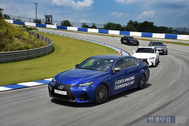 17일 렉서스 GS '어메이징 익스피리언스 데이' 언론 행사에서 용인 스피드웨이를 달리는 GS 차량. (사진=렉서스 제공)