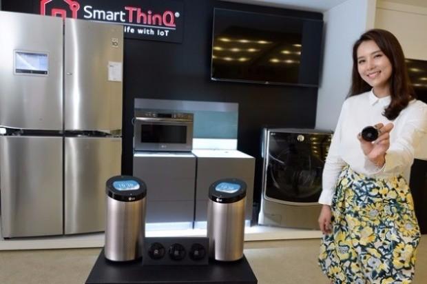 LG전자 서초R&D캠퍼스에서 한 모델이 스마트씽큐 센서와 스마트씽큐 허브를 소개하고 있다. / 제공 LG전자