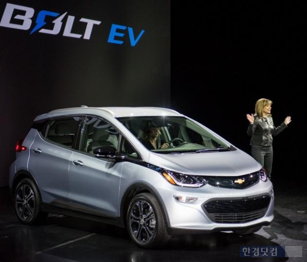 메리 바라 GM 회장이 지난 1월 미국 라스베이거스에서 열린 '2016 CES'에서 '볼트(Bolt)' 전기차를 소개하는 모습. (사진=한국GM)