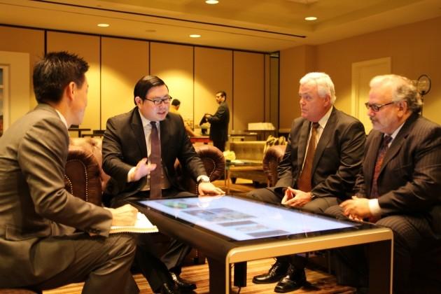 미국 로스앤젤레스 하얏트호텔에서 김성진 아이카이스트 대표가 케네스 리처즈 요크브릿지 회장에게 터치테이블을 설명하고 있다.
