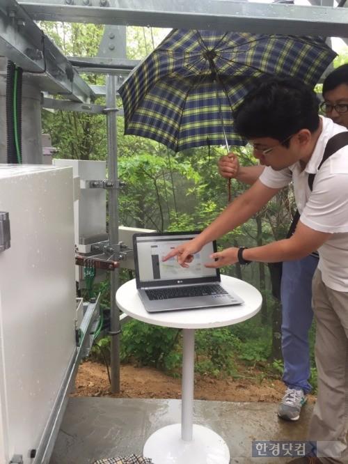 지난 24일 강원도 대관령 하늘목장에 설치된 LG유플러스 태양광 LTE 기지국에서 LG유플러스와 LG전자 관계자들이 실시간 발전량과 배터리량을 설명하고 있다.