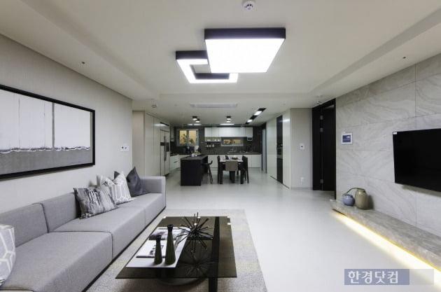 '성복역 KCC스위첸'의 전용 84㎡A형.  '디럭스 키친' 선택형으로 넓은 거실과 주방이 특징이다.(자료 KCC건설)