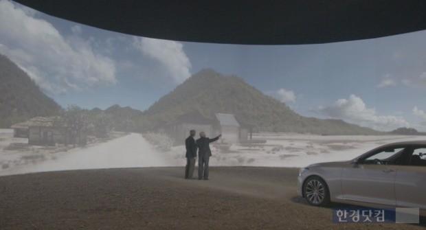 캠페인 주인공이 아들과 함께 3D 영상으로 구현된 가상의 고향을 보고 있는 모습. (사진=현대차 제공)