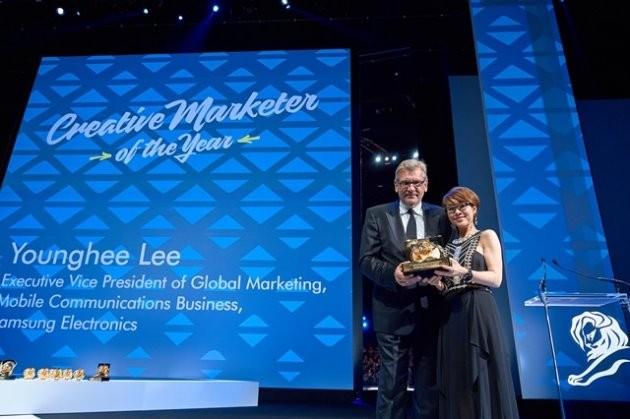 이영희 삼성전자 부사장이 프랑스 칸에서 열린 '칸 라이언즈'에서 6월 25일(현지시간) '올해의 크리에이티브 마케터(Creative Marketer of the Year)' 상을 수상했다. / 제공 삼성전자