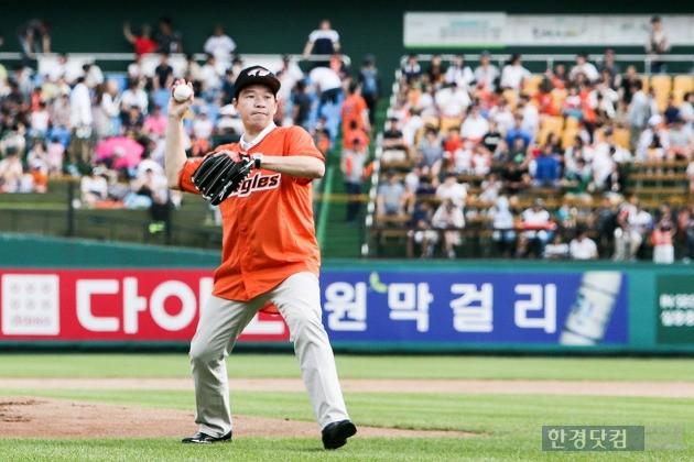 제임스 김 한국GM 사장이 26일 대전 한화 홈구장을 찾아 시구를 하고 있는 모습. (사진=한국GM 제공)